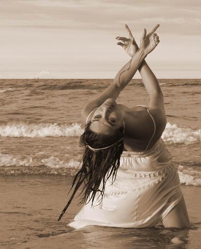 Maria Strova danza in riva al mare