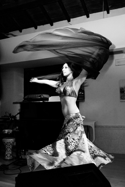Carlotta Menna danza con il velo
